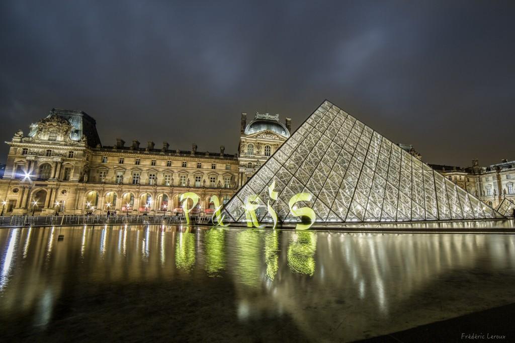 Calligraphie lumineuse devant le Louvre