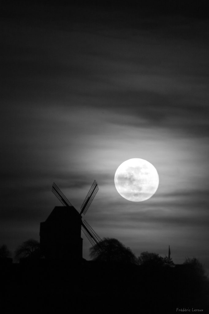 Levée de lune en noir et blanc